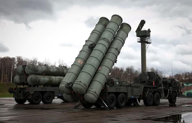 Hệ thống tên lửa S-400 phòng thủ tầm xa cũng được Nga triển khai tại Syria.