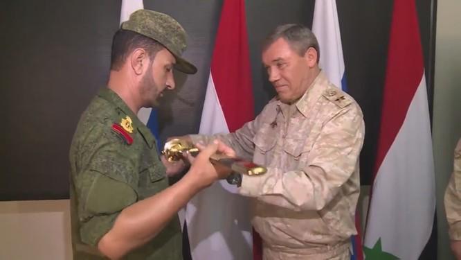 Tổng tham mưu trưởng Valery Gerasimov đã tặng ông Hassan cây kiếm để vinh danh lòng dũng cảm.