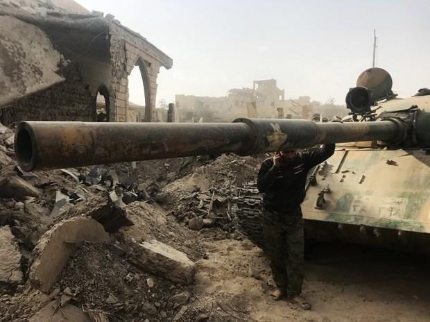 Xe tăng của quân đội Syria sau vụ không kích tại đông Syria.