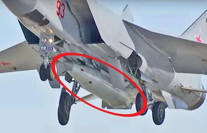 Tên lửa Kinzhal (khoanh màu đỏ) trên máy bay MiG-31.