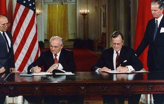 Tổng thống Nga Gorbachev và tổng thống Mỹ Bush năm 1990. Khi đó, Mỹ và phương Tây đã hứa với Nga rằng NATO sẽ không mở rộng 1 inch về phía Đông nhưng sau đó NATO đã kết nạp thêm 13 thành viên sát biên giới phía tây của Nga.