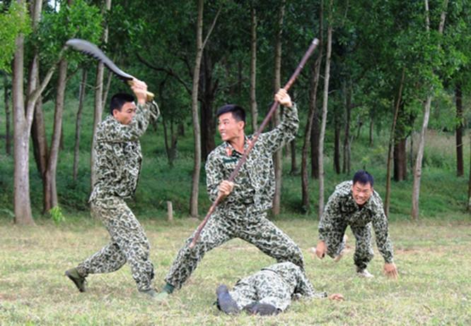 Đặc công Việt Nam thời hiện đại đang tập luyện.