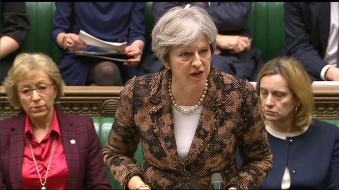 Thủ tướng Anh Theresa May cáo buộc Nga đầu độc một cựu điệp viên tình báo và trục xuất 23 nhà ngoại giao Nga.