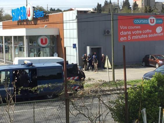 Cảnh sát có mặt bên ngoài hiện trường vụ khủng bố.