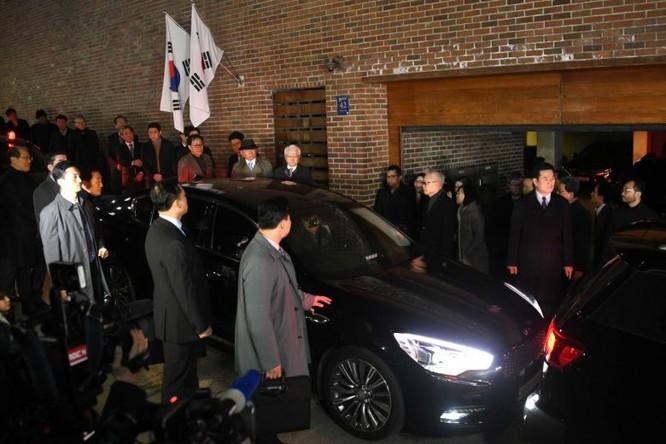 Cựu lãnh đạo Hàn Quốc bị bắt giữ để đưa tới giam ở Trung tâm giam giữ đông Seoul.