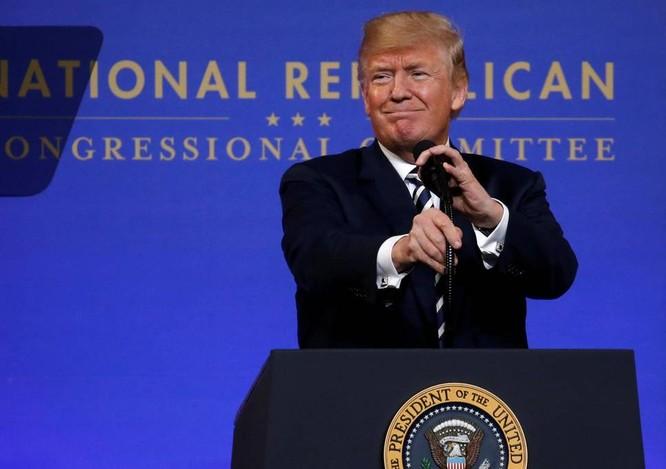 Ông Donald Trump đã bị các cố vấn khuyên là không nên chúc mừng ông Putin. Ông đã làm trái lại các lời khuyên và bị chỉ trích.