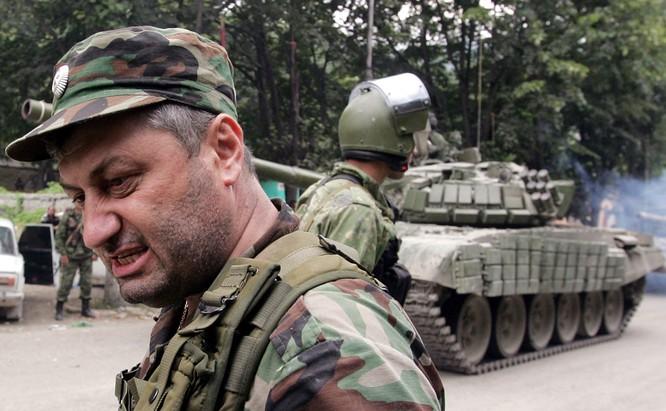 Nhà cầm quyền Nam Ossetia đứng gần xe tăng của Nga năm 2008.