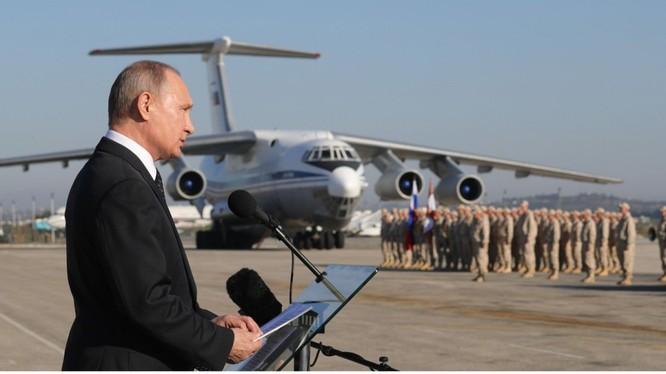 Tổng thống Putin tuyên bố chiến thắng tại căn cứ không quân Nga Khmeimim tại Syria.