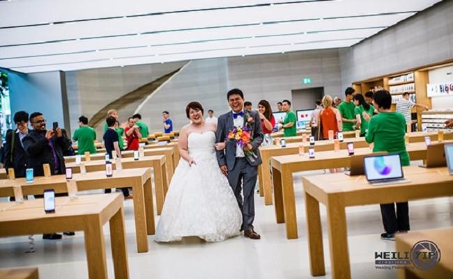 Cặp đôi Singapore chụp ảnh cưới tại Apple Store ảnh 1