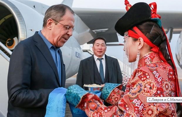 Ngoại trưởng Nga Lavrov bị chê tơi tả vì mặc quần Jean đến Mông Cổ ảnh 1