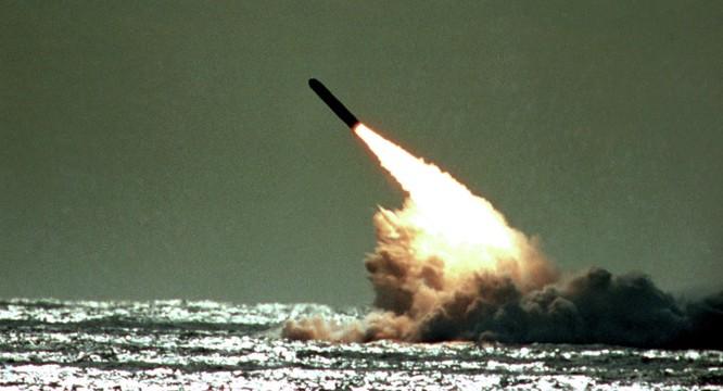 Tàu ngầm hạt nhân Nga phóng tên lửa đạn đạo xuyên lục địa.