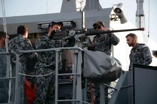 Các sĩ quan và thủy thủ tàu chiến Australia tại cảng Muara (ảnh Tuổi Trẻ).