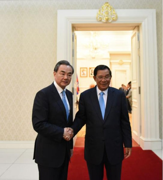 Bộ trưởng Ngoại giao Trung Quốc Vương Nghị được Thủ tướng Campuchia tiếp ngày 22/4/2016.