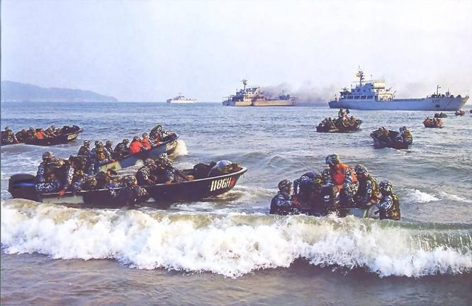 Hải quân TQ thường xuyên tổ chức các cuộc diễn tập bổ bộ đánh đảo, răn đe các nuớc nhỏ trong khu vực.