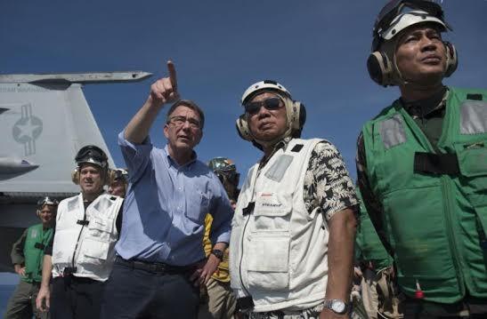 Bộ trưởng Quốc phòng Mỹ Ashton B. Carter và Bộ trưởng Quốc phòng Philippines Voltaire Gazmin lên thăm tàu sân bay USS John C. Stennis ngày 15/4/2016.