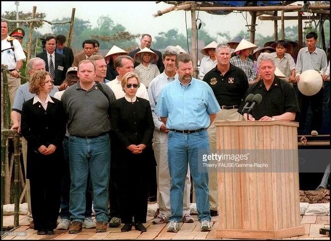 Trong chuyến công du đến Việt Nam tháng 11/2000, rất khi khi thấy sự hiện diện của các đặc vụ mặc quân phục, cảnh phục Mỹ. Vợ chồng nhà cựu lãnh đạo Mỹ xuất hiện giữa công chúng hết sức thoải mái, được người dân địa phương cảm phục.