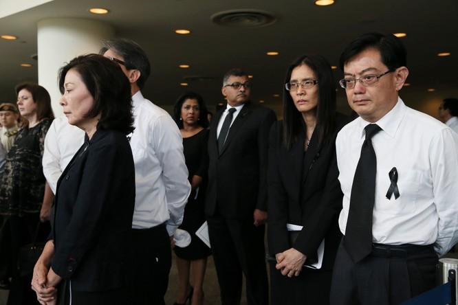Ông Heng Swee Keat (đeo kính, bên phải, ngoài cùng).