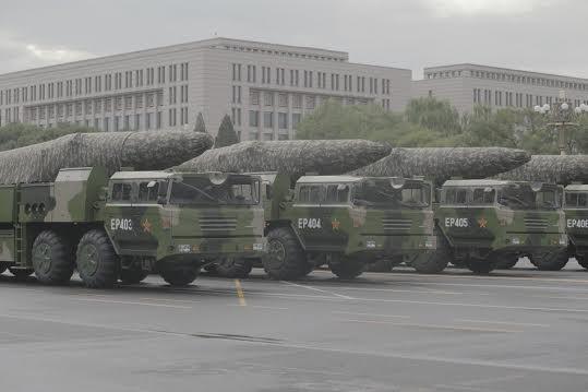 Tên lửa đạn đạo Đông Phong-26 Trung Quốc có thể lắp cả đầu đạn thông thường và đầu đạn hạt nhân.
