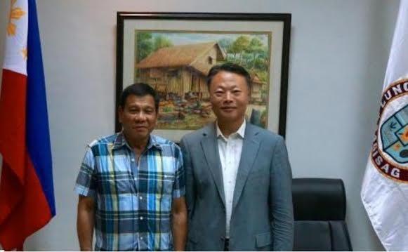 Tổng thống cử Philippines Rodrigo Duterte tiếp kiến Đại sứ Trung Quốc ngày 16/5/2016.