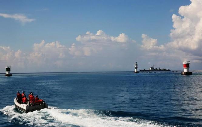 Gần đây, Trung Quốc ra sức tập trận bất hợp pháp ở Biển Đông để răn đe các nước và phản ứng với Tòa trọng tài thường trực Liên hợp quốc. Đặc biệt, từ ngày 8 - 9/5/2016, biên đội 6 tàu chiến Hạm đội Nam Hải, Hải quân Trung Quốc đã tiến hành tuần tra, tập trận bất hợp pháp ở vùng biển quần đảo Trường Sa, Việt Nam. Trong hình là tàu khu trục Hợp Phì Type 052D thả xuồng máy tuần tra bất hợp pháp ở vùng biển quần đảo Trường Sa. Nguồn ảnh: Báo Nhân Dân, Trung Quốc..