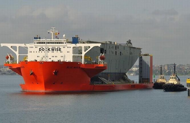 Tàu bán ngầm hạng nặng Blue Marlin Hà Lan chở tàu tấn công đổ bộ Canberra về Australia.