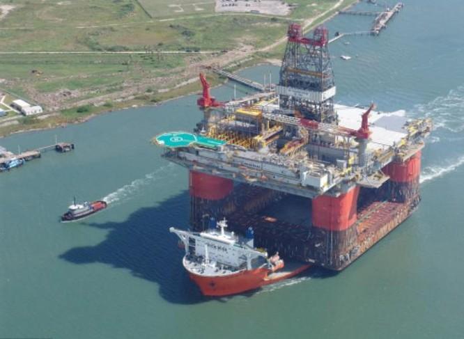 Tàu bán ngầm hạng nặng Blue Marlin Hà Lan chở giàn khoan. Nguồn ảnh: Chinanews.