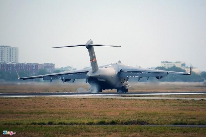 Chúng liên tục cất và hạ cánh để chở hàng hóa phục vụ đoàn của Tổng thống Obama với khoảng 1.600 người tới Việt Nam.