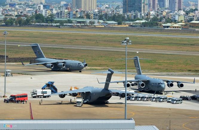 Sáng 22/5, cả ba chiếc máy bay US Air Force C-17 cùng đỗ gần nhau tại sân bay.