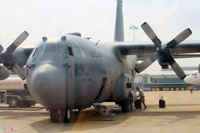 Ngoài ra còn có chiếc US Air Force C-130, dòng máy bay vận tải quân sự hạng trung phổ biến nhất thế giới. Ưu điểm của C-130 có thể cất hạ cánh ở những đường băng dã chiến, do đó nó có thể hoạt động ở những khu vực xa xôi mà các phi cơ vận tải khác khó xoay sở được.