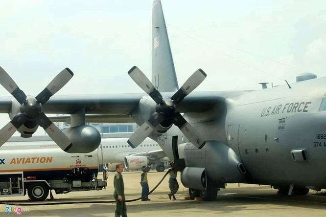 C-130 có thể chở theo 64 lính dù, 6 kiện hàng hóa, 2-3 xe thiết giáp Humvee, 2 xe thiết giáp M-113. Tổng tải trọng hàng hóa mang theo khoảng 20,4 tấn. Ngoài ra, phi cơ này có thể thực hiện một loạt các vai trò khác nhau như hỗ trợ hỏa lực tầm gần, tìm kiếm cứu nạn, trinh sát, tiếp nhiên liệu, tuần tra hàng hải, tác chiến điện tử, vận tải quân sự.