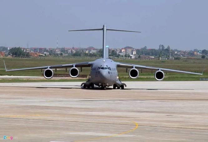 Diện tích cánh của US Air Force C-17 353 m², trọng lượng rỗng 128.100 kg, trọng lượng cất cánh tối đa 265.350 kg.