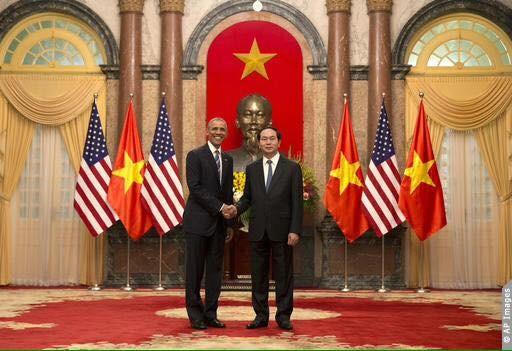 Tổng thống Obama đã tuyên bố gỡ bỏ hoàn toàn lệnh cấm bán vũ khí sát thương cho Việt Nam trong cuộc hội đàm với Chủ tịch nước Việt Nam Trần Đại Quang.
