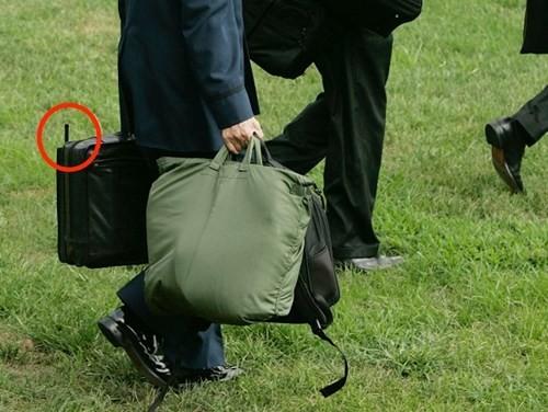 Ai là người xách vali hạt nhân cho Tổng thống Mỹ khi đến Việt Nam? ảnh 2