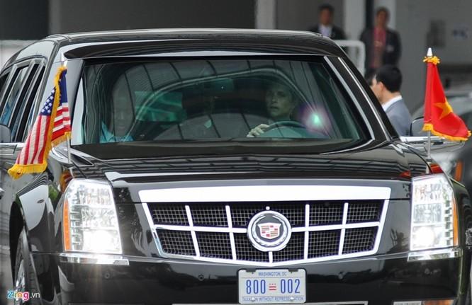 """Một điểm thú vị trong đội bảo vệ tổng thống Obama là một nữ đặc vụ tóc vàng đảm nhiệm lái một trong 2 chiếc xe """"quái thú""""."""