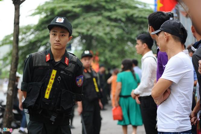 Cảnh sát Việt Nam làm nhiệm vụ bảo vệ vòng ngoài, ngăn không cho người dân tiếp cận quá gần với đoàn xe của tổng thống Mỹ hoặc các địa điểm nơi ông ghé qua.