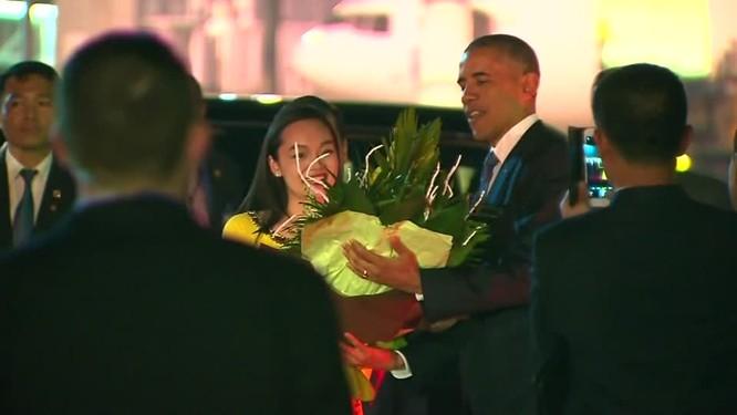 Ông Obama được đón ở sân bay Nội Bài, Hà Nội.