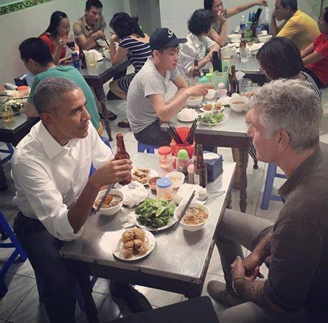 Ông chủ Nhà Trắng thưởng thức món bún chả ở Hà Nội.