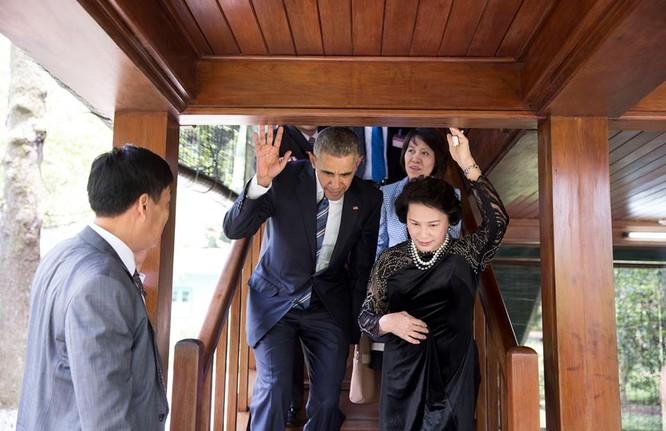Ông Obama tới thăm nhà sàn Chủ tịch Hồ Chí Minh cùng Chủ tịch Quốc Hội Nguyễn Thị Kim Ngân chiều 23/5/2016.