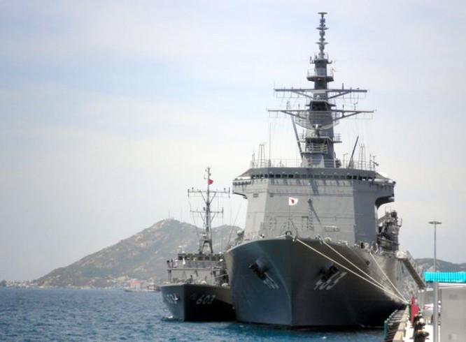 Ngày 29/5/2016, hai tàu quét mìn JS Uraga và Takashima Lực lượng Phòng vệ Biển Nhật Bản cập cảng Cam Ranh. Nguồn ảnh: Asahi Shimbun.