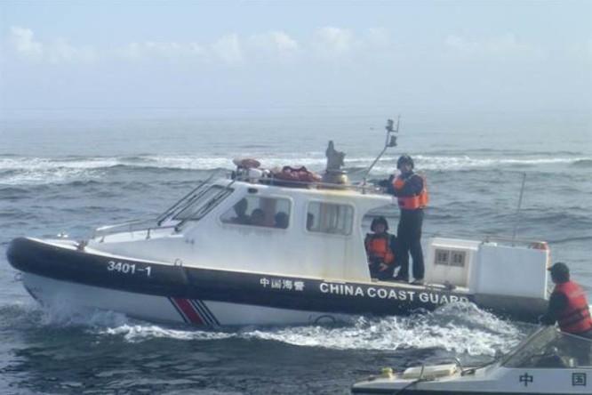 Tháng 12/2015, tàu cảnh sát biển Trung Quốc chặn tàu cá Philippines làm ăn ở vùng biển truyền thống của bãi cạn Scarborough - một bãi cạn Trung Quốc cướp từ tay Philippines vào năm 2012. Nguồn ảnh: Chinatimes Đài Loan.