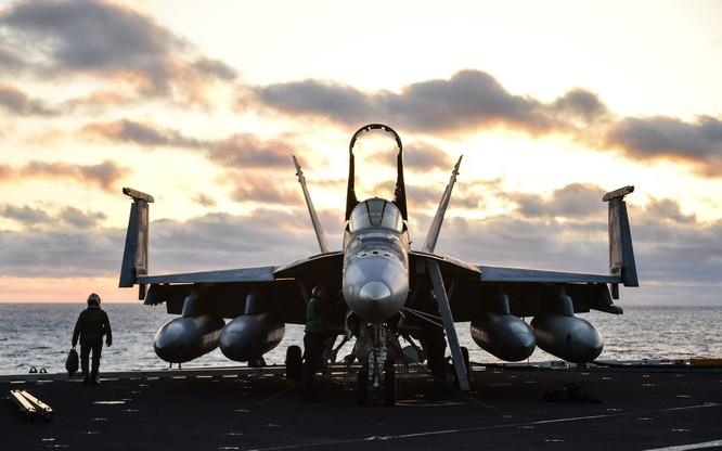 Chiến cơ FA 18 Super Hornet.