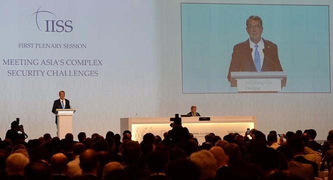 Bộ trưởng Quốc phòng Mỹ Ashton Carter phát biểu tại Singapore (ảnh: Sputnik).
