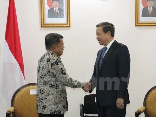 Bộ trưởng Tô Lâm chào xã giao Phó Tổng thống Cộng hòa Indonesia Jusuf Kalla. (Ảnh: Đỗ Quyên/Vietnam+).