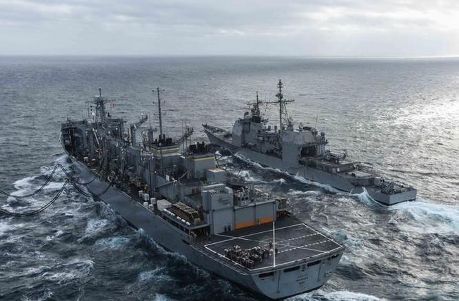 Ngày 3/3/2016, cụm tấn công tàu sân bay USS John C. Stennis tiến hành tiếp tế trên Biển Đông. Nguồn ảnh: Thời báo Hoàn Cầu, Trung Quốc.