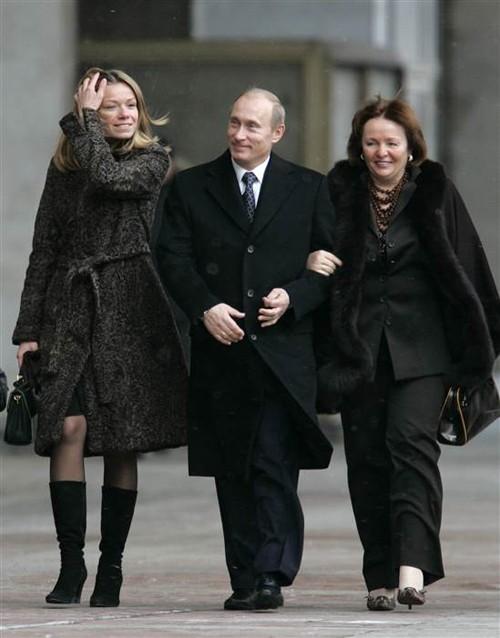Cô Maria ( bên trái) có lần xuất hiện hiếm hoi khi cùng ông Putin và mẹ đẻ đến một điểm bầu cử ở Moscow ngày 2/12/2007. Ảnh: tư liệu AP