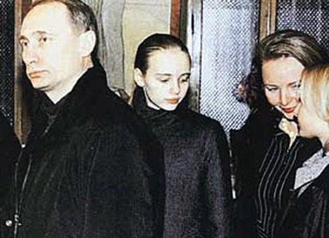 Ông Putin cùng các con gái và người vợ đầu tiên (ảnh tư liệu).