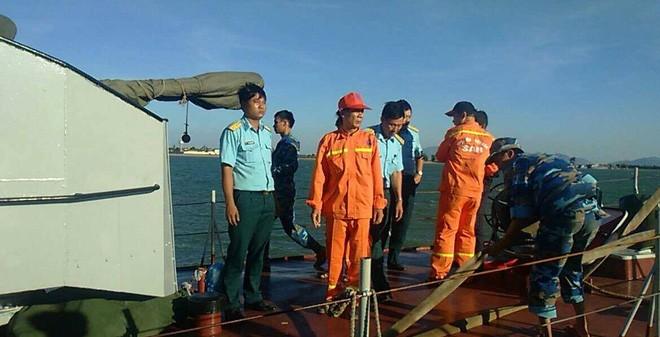 Chuyên gia đang mang thiết bị dò tìm hộp đen máy bay của Tổng công ty Quản lý bay Việt Nam đã lên tàu số hiệu 211 của Hải đội 137 vùng 1 Hải Quân ra vị trí nghi máy bay rơi.