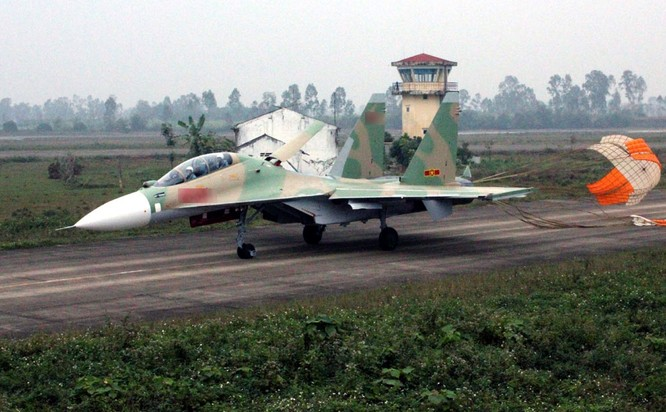 Máy bay Su-30MK2 thuộc trung đoàn 923 sau khi hoàn thành bài tập
