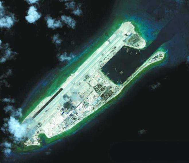 Trung Quốc xây dựng bất hợp pháp đường băng sân bay trên đá Chữ Thập thuộc quần đảo Trường Sa của Việt Nam. Nguồn ảnh: Sina Trung Quốc