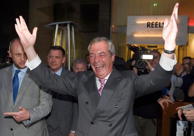 Ông Nigel Farage sau khi xem qua kết quả bỏ phiếu bầu sơ bộ.